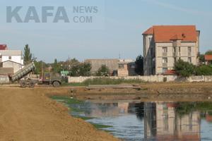 Россиянин продолжает засыпать озеро под Феодосией