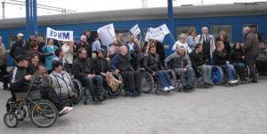 Инвалиды угрожают лечь на рельсы