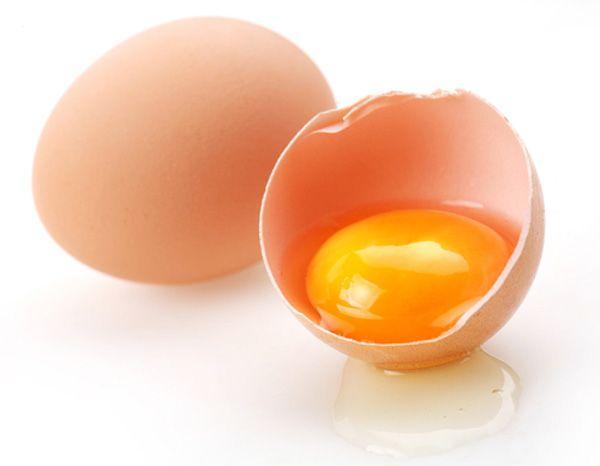 Диетологи по-разному относятся к куриным яйцам. Одни настоятельно рекомендуют ограничивать их потребление, другие - советуют есть их побольше. А что говорят третьи?