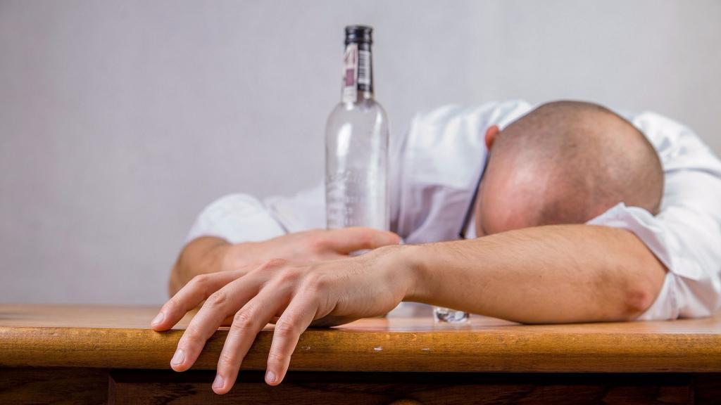 Употребление алкоголя давно и прочно вошло в нашу жизнь, и все мы знаем о том, как эта пагубная привычка подрывает здоровье, однако говорить об этой проблеме приходится снова и снова. О культуре питья, о вреде от употребления спиртного рассказал хирург феодосийской городской больницы Михаил Вакуленко