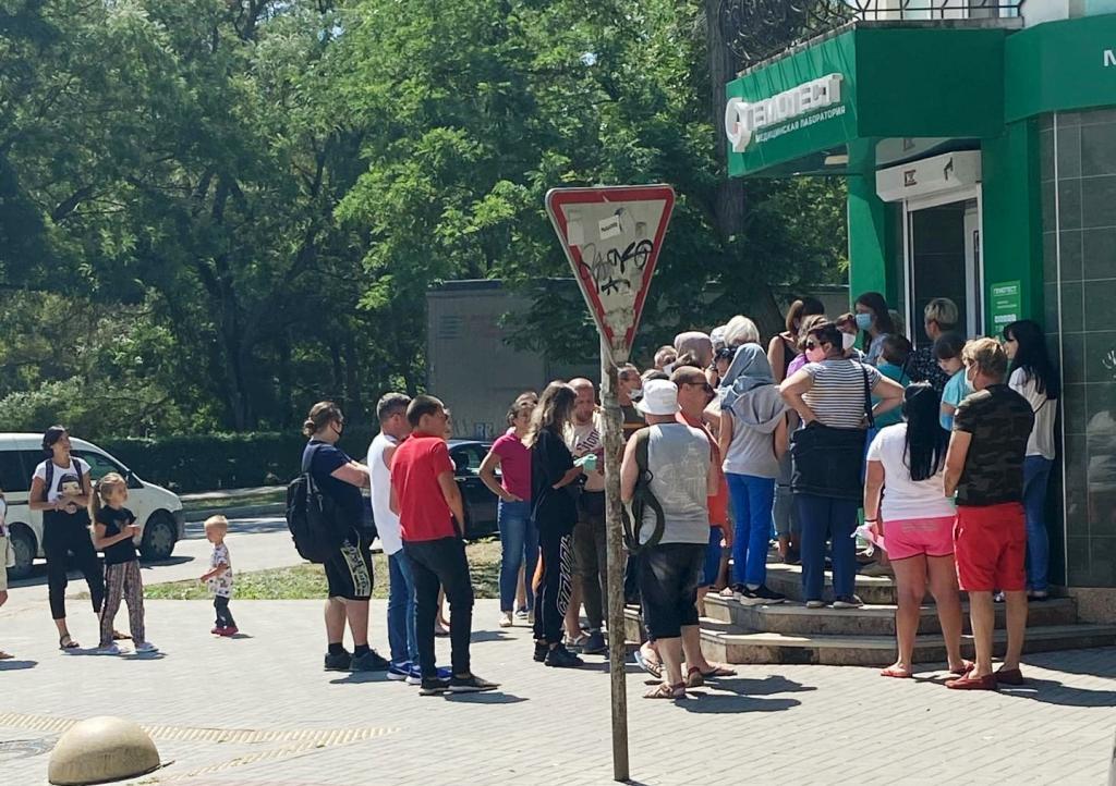 В соцсетях жители города опубликовали фото очереди, которая собирается у медицинского центра «Гемотест». Люди стоят, не соблюдая дистанцию, без масок, чтобы сдать анализ на коронавирус.