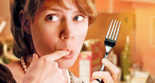 Постоянное чувство голода в течение дня может указывать не только на то, что вы съели недостаточно, но и на целый ряд менее очевидных причин:
