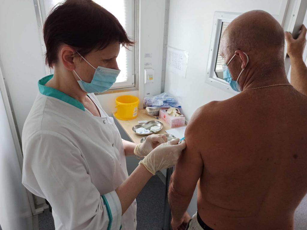 В настоящий момент в Крыму вакцинация от коронавируса осуществляется тремя отечественными вакцинами -   «Спутник V», также известный, как «Гам-КОВИД-Вак»,«ЭпиВакКорона» и «КовиВак». За назначение вакцины ответственен врач, он опрашивает пациента перед прививкой и при наличии каких-либо заболеваний назначает подходящий препарат.