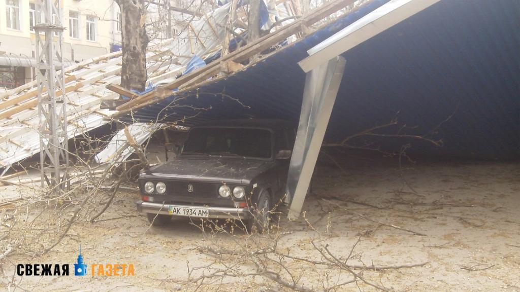 В Симферополе ветер сорвал прогнившую крышу многоэтажки и бросил ее на машины