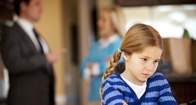Дети обычно очень тяжело переживают ссоры родителей, а их развод переносят часто еще хуже, чем сами родители, даже если не всегда это показывают.