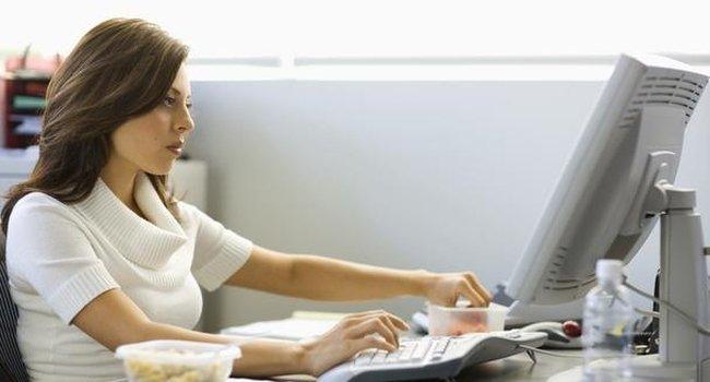 При сидячей работе и малоподвижном образе тоже можно заставить тело становиться стройнее, считают специалисты. Для этого, по словам экспертов по похудению, необходимо обзавестись несколькими полезными привычками.