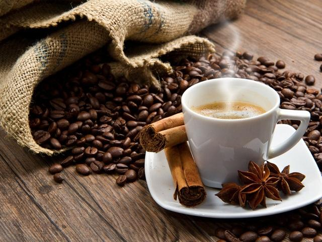 Кофе утром, кофе в обед, кофе вечером ... Такое количество кофеина к добру явно не докажет, но как быть, если после пробуждения так сложно настроиться на новый день, а уже к обеду снова тянет спать? Выход есть - кофе заменят полезные и легкие продукты, которые не наносят вреда здоровью.