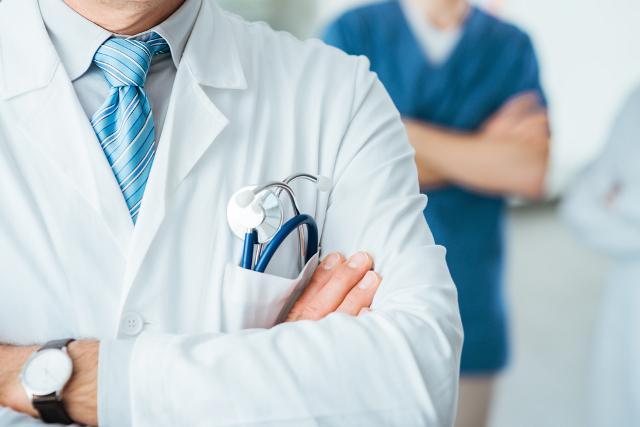 В клиниках Крыма нехватает практически тысячи медперсонала