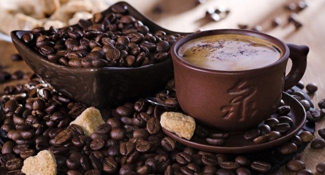 Любители кофе, выпивающие в день хотя бы три чашки, имеют больше шансов прожить дольше, чем те, кто кофе не пьет вообще, выяснили ученые.