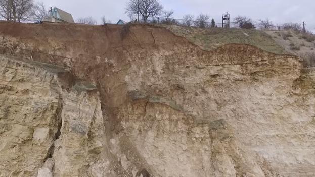 ВСевастополе вморе обрушилась часть дороги