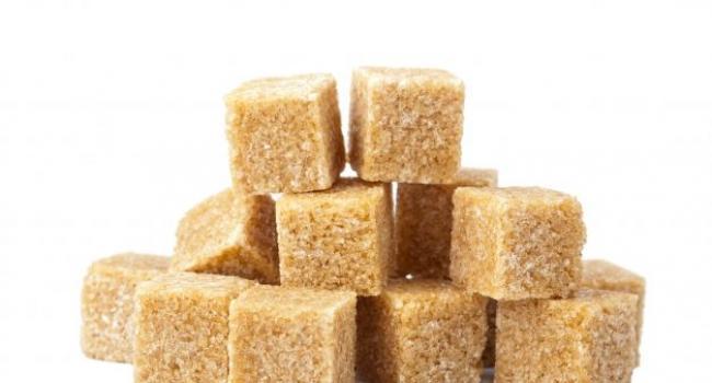 Есть мнение, что коричневый (или тростниковый) сахар полезнее белого. Так ли это на самом деле?
