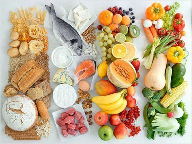 Очень важное условие поддержания иммунитета — правильное питание. Чтобы поддержать собственный иммунитет, вам необходимо регулярно обеспечивать организм разнообразными витаминами и минералами. В вашем рационе обязательно должны быть соки, овощи и фрукты, которые являются активными источниками витаминов. Съедая в день, например, всего пару яблок или цитрусовых, вы можете обезопасить себя от многих заболеваний.