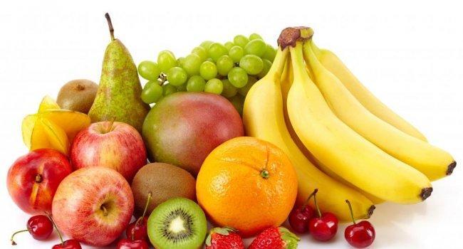 """Многим людям кажется, что фрукты – продукт """"диетический"""", но на самом деле во всех фруктах содержится немало углеводов, поэтому худеющим людям, а также пациентам с диабетом рекомендуется соблюдать осторожность в употреблении фруктов, особенно тех, что перечислены ниже."""
