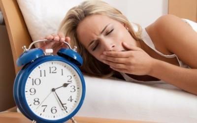 Ученые из Израиля провели новое исследование, в рамках которого была установлена связь между хронической нехваткой сна, а также последствиями для здоровья. Оказывается, прерывания сна ведет к таким же последствиям, что и сон продолжительностью 4 часа в сутки, говоря иначе, к ухудшению настроения, депрессивности, усталости.