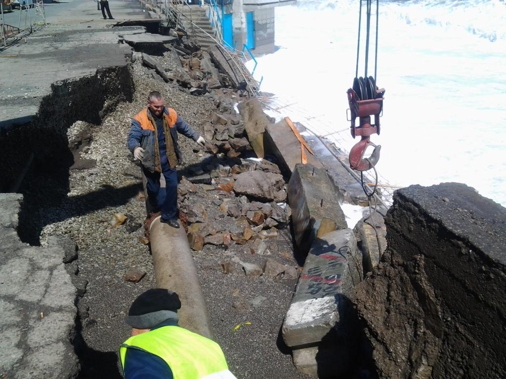 В Крыму шторм обрушил набережную (фото)