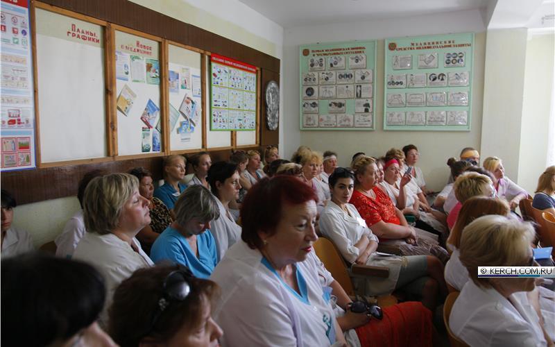 В сети появилось видео из Керчи, на котором медики местной детской больницы выражают недовольство из-за низкого уровня оплаты труда.