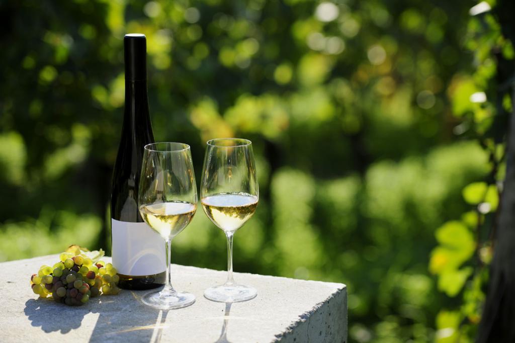 Умеренное употребление алкоголя может быть полезнее для здоровья, чем полный отказ от него, заявили ученые из Университета Тасмании (University of Tasmania).