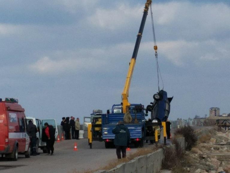 ВСевастополе изводы достали автомобиль стелами