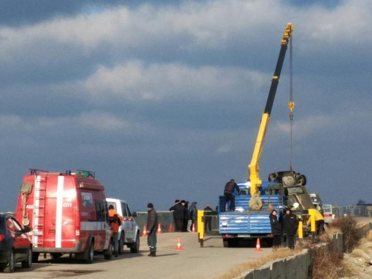 ИзСевастопольской бухты подняли автомобиль с 2-мя трупами