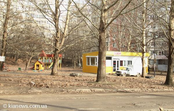 В Симферополе на детской площадке построили магазин (фото)