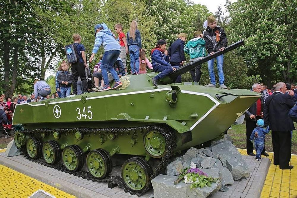Встолице Крыма установили БМД-1 вэкспозицию, посвящённую памяти десантников