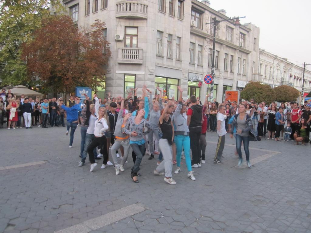 В Симферополе прошел танцевальный флешмоб (фото)