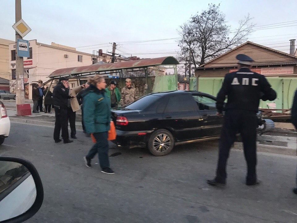 Иностранная машина снесла остановку вСимферополе: двое пострадали