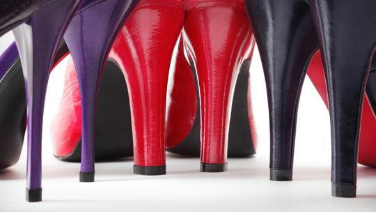 Из-за слишком высоких каблуков у женщин может возникнуть деформация стоп.