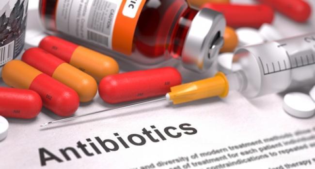 Некоторые люди очень любят принимать антибиотики по поводу и без и, что еще хуже, «пичкать» ими своих детей, не думая о последствиях. Именно такое – неправильное – использование антибиотиков приводит к развитию устойчивости к ним.