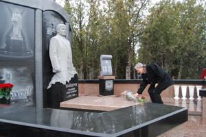 На кладбище открыли мемориальный комплекс Шайдерову