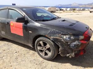 Блогер из Китая приехал в Крым на склеенном скотчем автомобиле