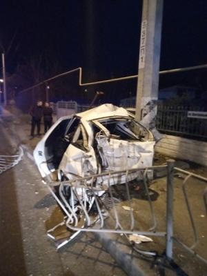Сегодня под Симферополем автомобиль врезался в столб, водитель погиб