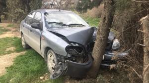 В Солнечной долине автомобиль врезался в дерево у церкви