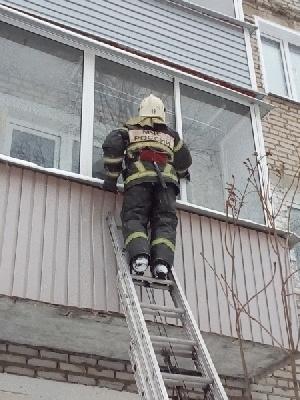 В столице Крыма сотрудники МЧС спасли ребенка, который оказался заперт один в квартире